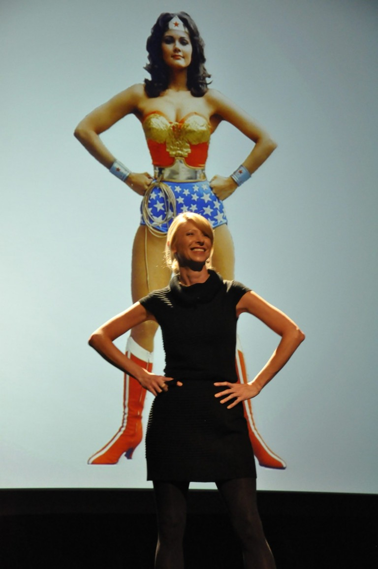2848px-Power_pose_by_Amy_Cuddy_at_PopTech_2011_(6279920726)